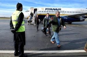 L'avenir de l'aéroport civil de Tours pose question. Son activité augmente mais son financement public est sujet à débat et soulève des protestations.