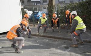 Dans cette entreprise de travaux publics (Jérôme BTP à Ballan-Miré), les chantiers commencent par une séance d'échauffement musculaire.