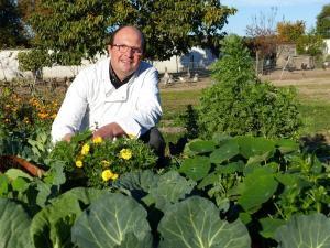 Vincent Simon dans son potager : « en agriculture, il y a l'humain, un visage et de l'émotion. La saisonnalité donne de la lumière à la cuisine ! »