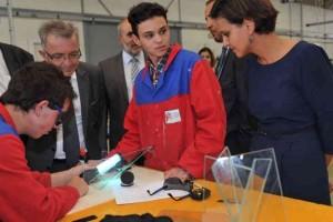 La ministre de l'Éducation nationale a pris le temps d'échanger avec les jeunes. Martin-Nadaud est le lycée public des métiers du bâtiment pour l'Indre-et-Loire : 530 élèves, 15 diplômes préparés, 65 enseignants. (Photo NR)