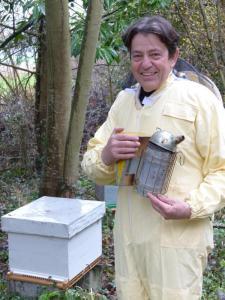 Désormais à la retraite, Éric Poudelet va pouvoir se consacrer à sa commune en tant que conseiller municipal et veiller sur son assiette : de l'andouillette de Touraine au barbecue (son plat préféré) au miel de ses abeilles.
