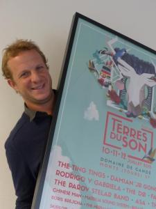 Dans les locaux de l'association « L'Asso », Hugues Barbotin pose avec l'affiche du festival 2015. (Photo NR)
