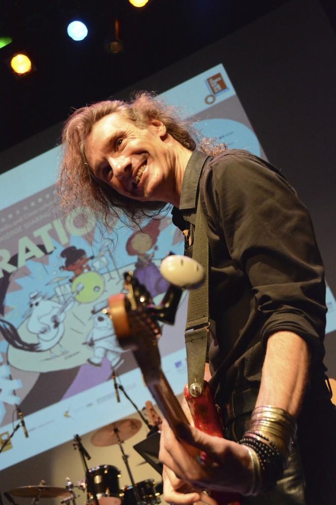 Yan Péchin sur la scène du Hong Kong Arts Centre, accompagné du Fauve, mascotte du FIBD d'Angoulême. (Photo Nicolas Albert)