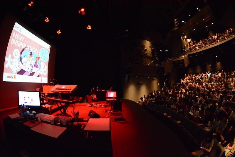 A Hong Kong, quelques minutes avant le début de l'un des deux concerts de dessins au Hong Kong Art Centre. (Photo Nicolas Albert)