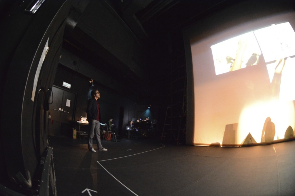 En coulisses, Charles Berbérian observe derrière l'écran l'avancée du spectacle. (Photo Nicolas Albert)