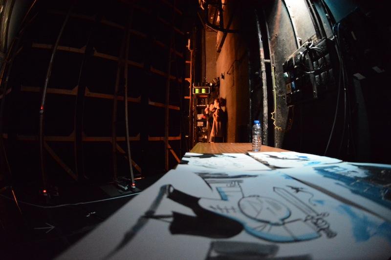 Depuis les coulisses. Les dessins réalisés durant le spectacle sèchent tandis qu'en arrière plan, Mathilde Domecq s'apprête à entrer sur scène. (Photo Nicolas Albert)