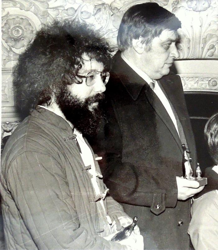 Deux Belges dans la salle de l'hôtel de Ville d'Angoulême où l'on célèbre les prix. Le « hippie » des Ardennes d'un côté, et M. Dupuis, de l'autre, le seigneur de Marcinelle qui tient en main l'Alfred de Roba. C'était bien, ces Alfred !