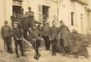 Cordonnier (à gauche) sur la photo que Bedel avait faite de la popote du 2e bataillon