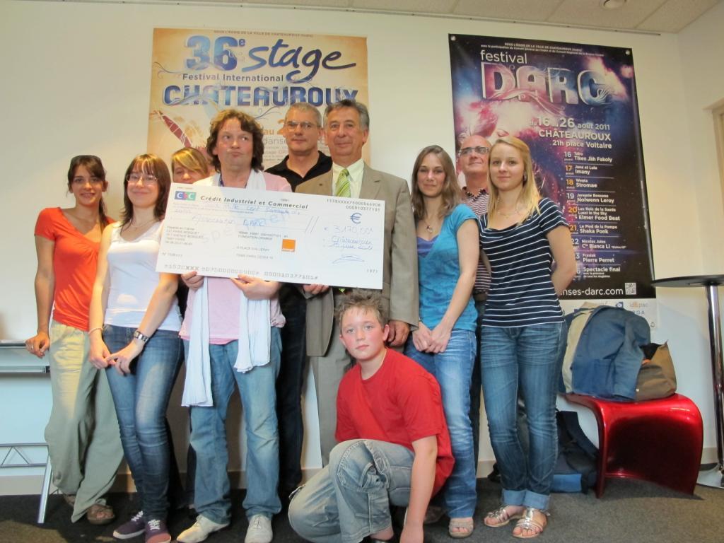Dix jeunes reçoivent un chèque pour participer au stage Darc