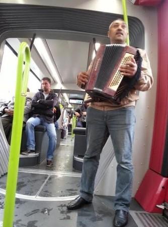 Un joueur d'accordéon s'est invité dans le tramway.