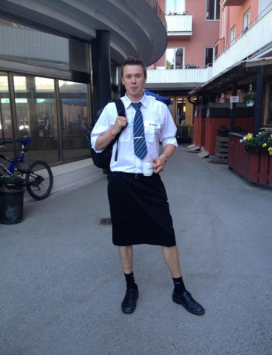 Faute de pouvoir porter des shorts en période de canicule, les conducteurs des trains de banlieue de Stockholm  ont opté pour la jupe, autorisée par le règlement !