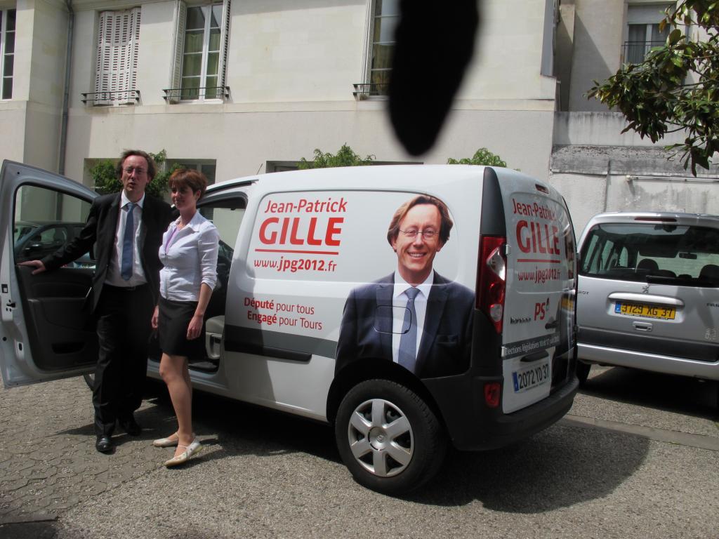 Le député a loué une voiture pour faire campagne dans les quartiers.