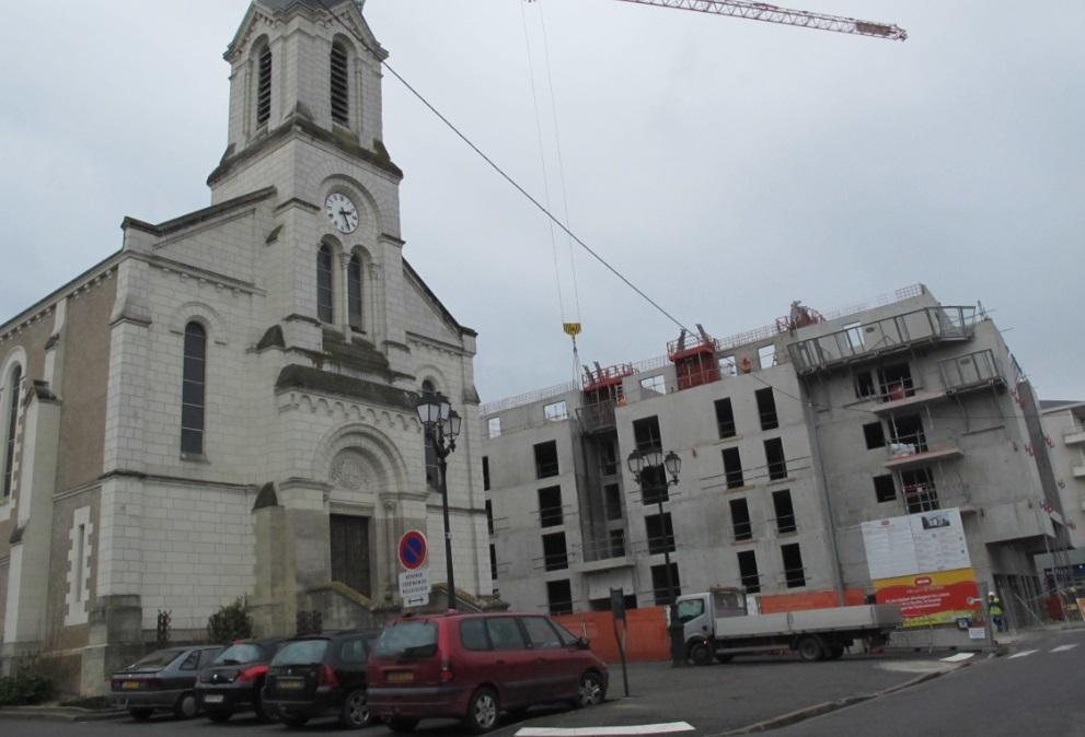 L'immeuble en cours de construction qui fait débat dans le centre-ville de Joué-Lès-Tours.