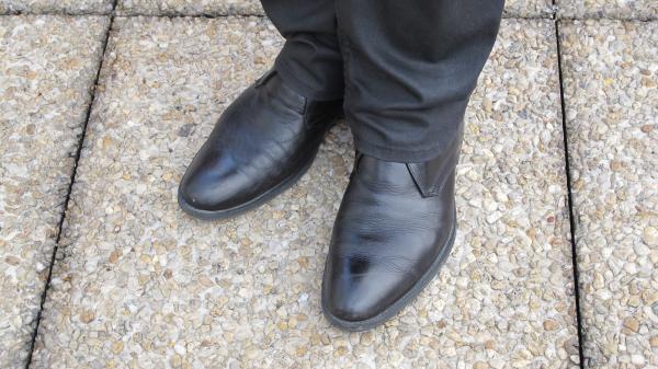 Les chaussures de mon chef: même si elles ont l'air bien cirées, elles ont forcément besoin d'un petit coup de brosse!