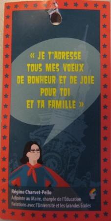 La maire-adjointe Régine Charvet-Pello en super-héros devant la façade de l'hôtel de ville. Une affiche pour la prochaine compagne municipale ? Non ! Juste un cadeau pour les écoliers de Tours...