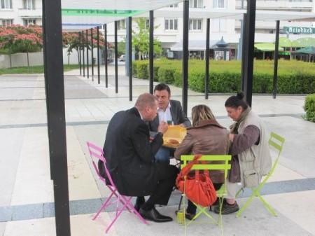 Frédéric Augis, de face, fait la grimace, sans doute en pensant au prix de son parapluie de fortune!
