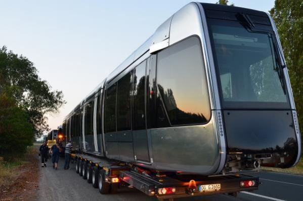 La première rame du tramway de Tours arrive au centre de maintenance