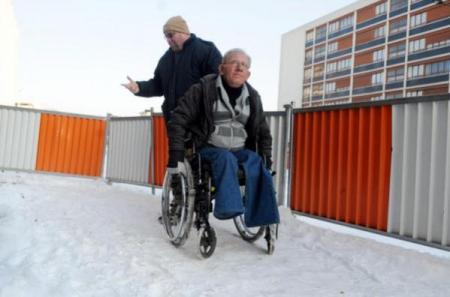 Impossible de se déplacer en fauteuil sur un sol enneigé