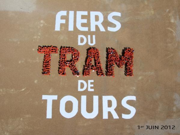 La photo prise du ciel par un dirigeable, pour une photo souvenir de tous les personnes qui travaillent en ce moment sur le tramway de Tours.