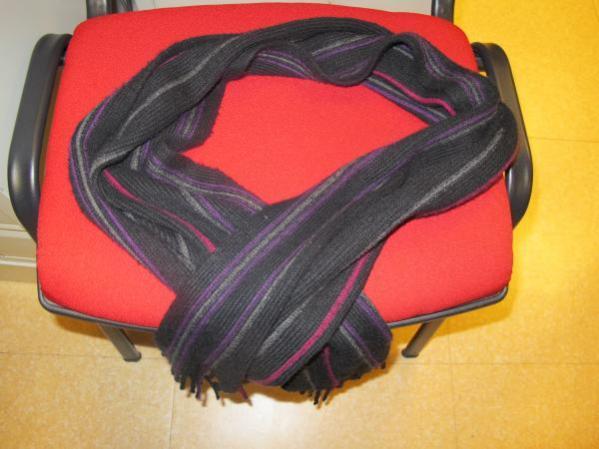 Je refuse de me séparer de mon écharpe, quand bien même elle viendrait d'Asie : c'est un cadeau !
