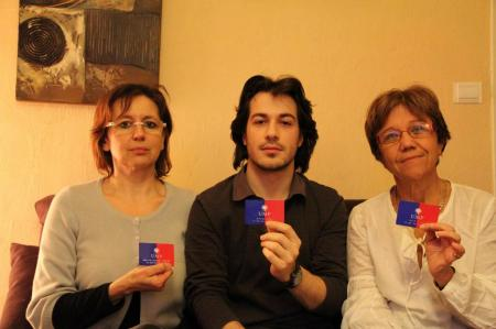 Maryline Tourenne, Mathieu Cluzel et  Edith Gailly montrent leurs cartes de militants UMP
