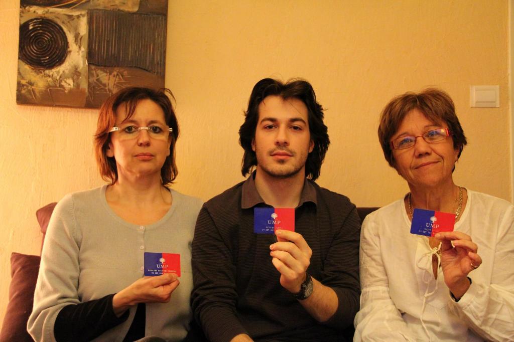 Maryline Tourenne, Mathieu Cluzel et Edith Gailly montrent leurs cartes de militants UMP
