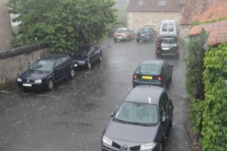 Si vous devez vous déplacer en voiture sous la pluie, évitez de zigzaguer pour maintenir vos pneus en température!