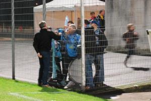 Maxou Marty se gratte les fesses avant de serrer la main aux supporters.