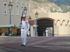 Le Prince est tellement riche qu'il peut se payer George Michael pour protéger son palais.