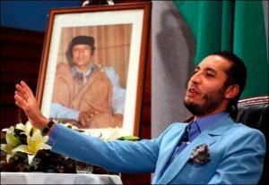 Al Saadi Kadhafi, devant le portrait de son père. Difficile de retrouver une photo de lui sur un terrain de foot !