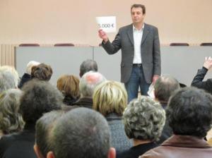 En 2010, François Jolivet (UMP) expliquait aux habitants du Blanc le poids de la dette qui pèse sur chaque français. (Photo NR)
