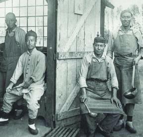 Des travailleurs chinois devant leur baraquement à la Brelandière. (Source: collection particulière)