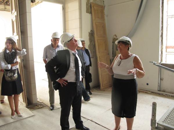 Jean-Pierre Abelin et Maryse Lavrard visitant le chantier de l'ancien théatre