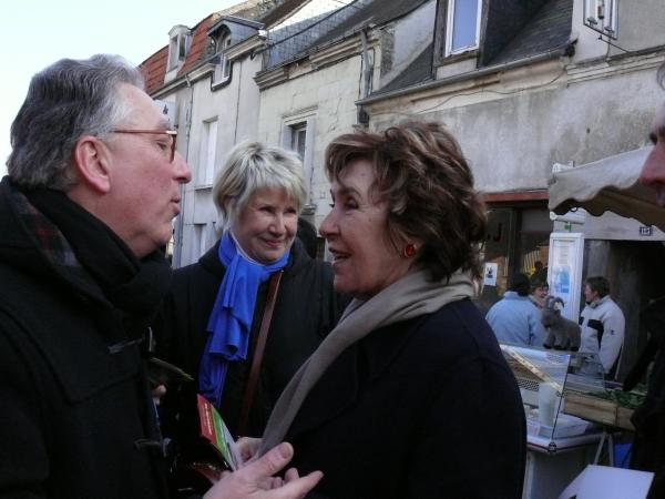 Philippe Rabit et Danièle Gilbert rencontre Edith Cresson sur le marché de Châteauneuf.
