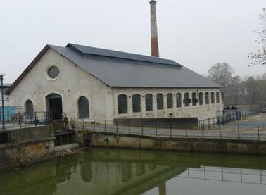 Le bâtiment 193, seul survivant des constructions du second Empire, successivement aiguiserie puis forge, aujourd'hui patinoire