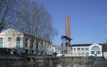 Un bâti symbolique de la IIIe République en 1886-1887: la façade de l'atelier central de constructions mécaniques (actuel musée de l'Auto-moto-vélo) et les deux cheminées (Photo Martine Destouches)