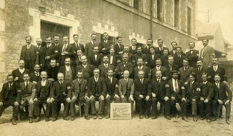 Réunion d'ouvriers, dont beaucoup de mobilisés, en 1916. (Cliché Maurice David, GM)