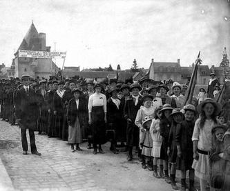 Défilé des Belges le 21 juillet 1915 sur le pont Henri-IV pour célébrer la fête de l'Indépendance de la Belgique. (Source: Archives municipales de Châtellerault, fonds Arambourou)